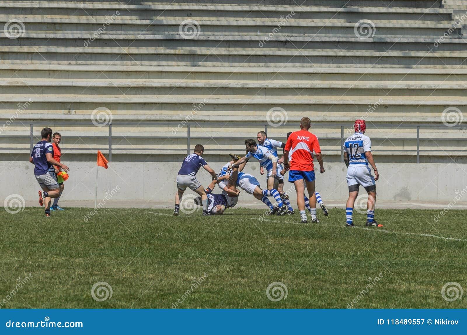 LVIV UKRAINA, CZERWIEC, - 2018: Atlety sztuki rugby z piłką