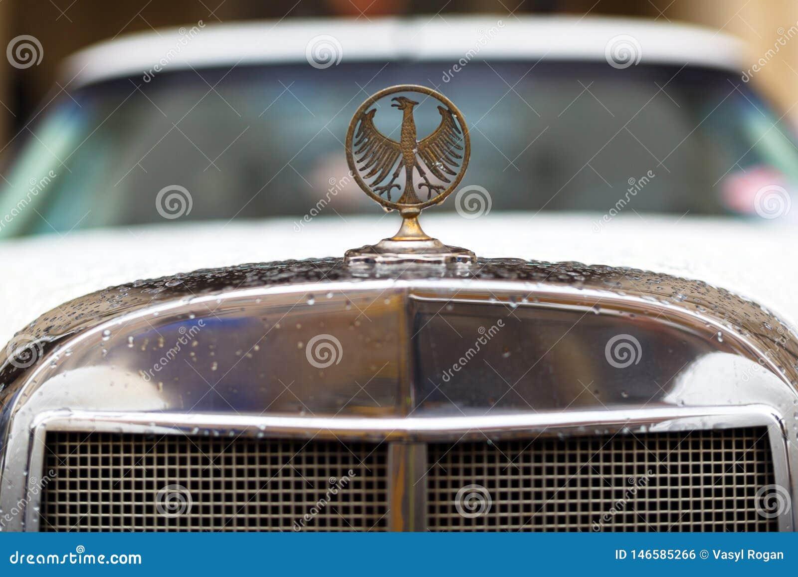 Lviv Ukraina - Maj 3, 2019: Logo av örnen på den gamla tappningbilen Phillips Berlina Coupe LVIV STADSDAG