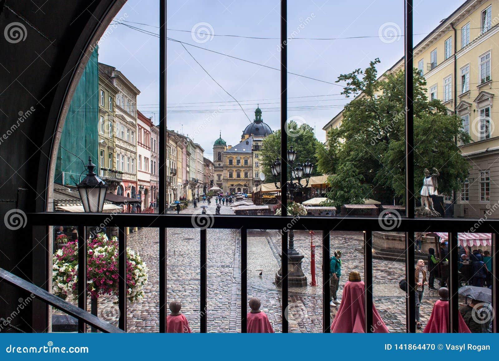 LVIV UKRAINA - Maj 18, 2018: Lviv stadssikt från fönster
