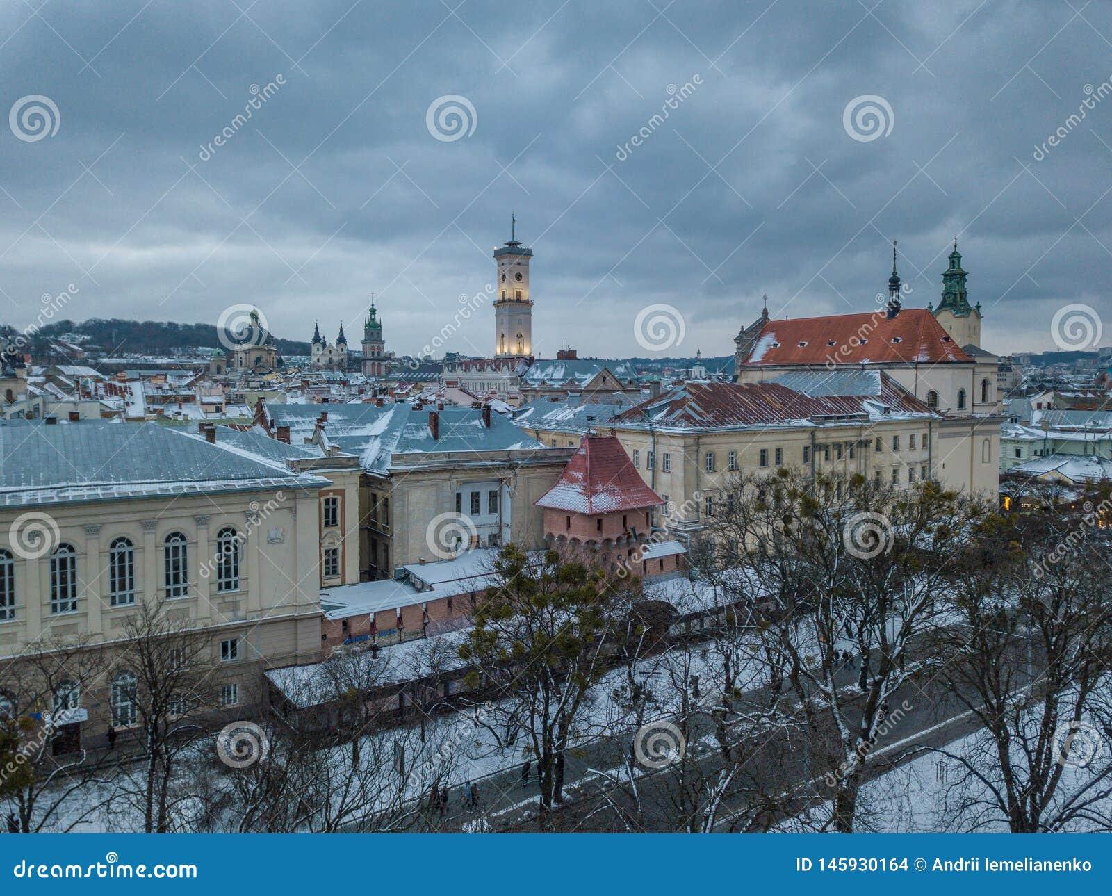 LVOV, UKRAINA - 25, Grudzie? 2018 Panorama antyczny miasto