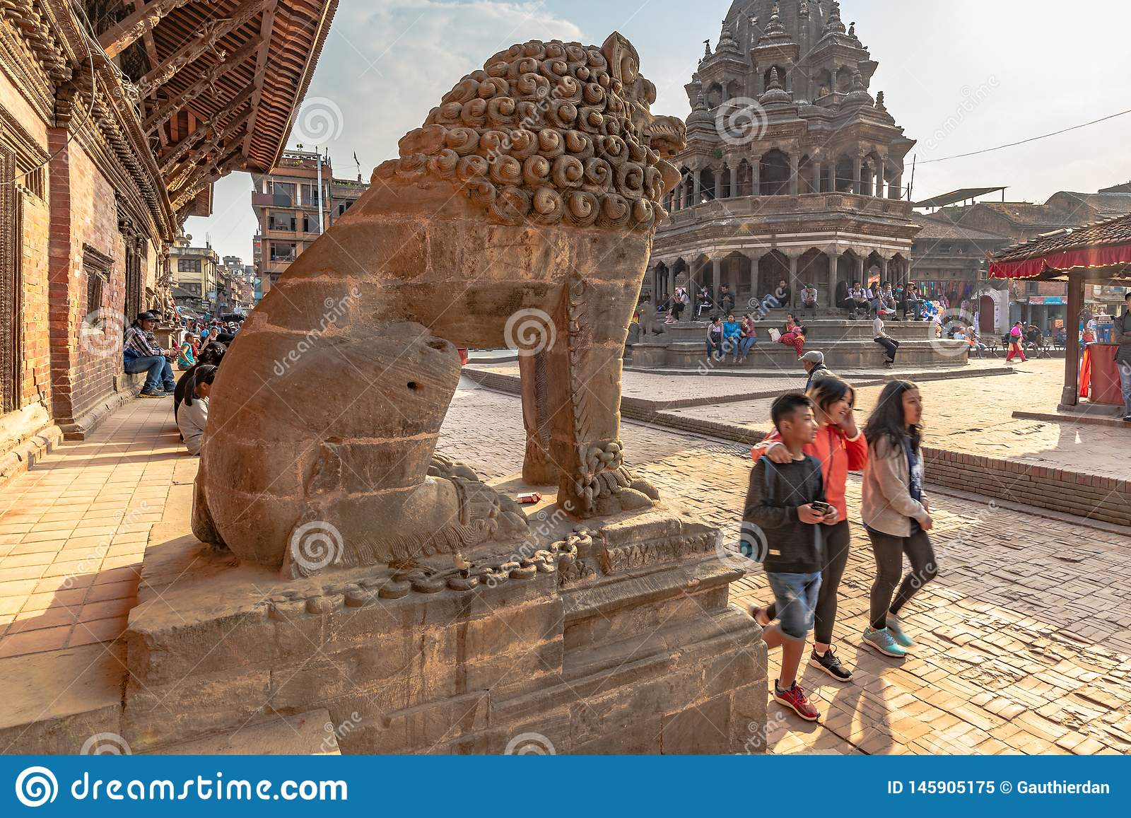 Lwa strażnik i hinduist świątynia