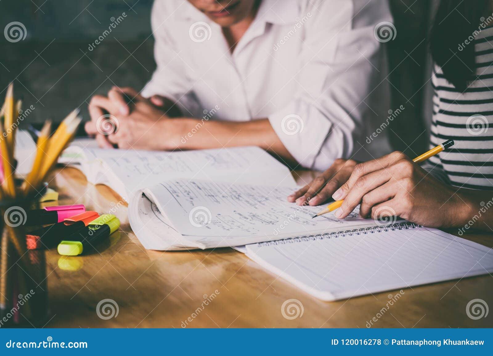 Lycée ou cahier de rattrapage de groupe d étudiant universitaire et le