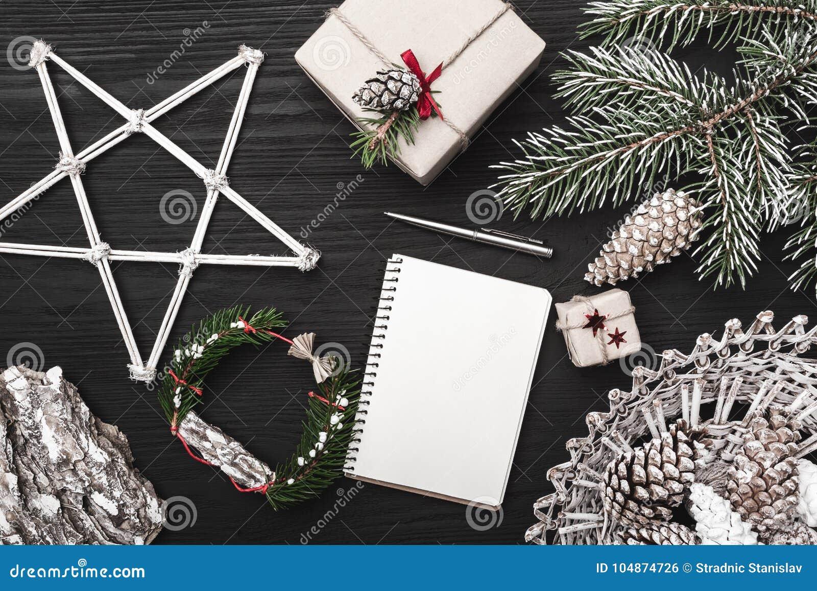 Lyckönskan på vinterferier, ett granträd med kotten, artistically dekorerade dekorativa objekt