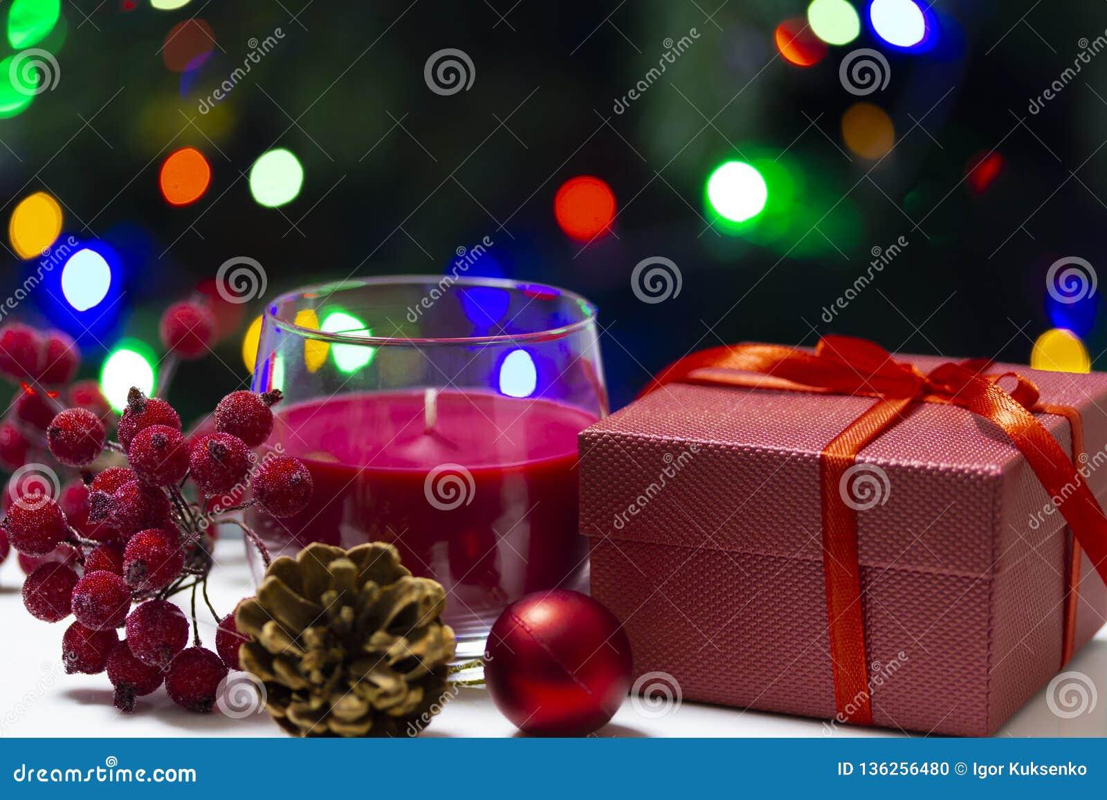 Lyckönsknings- foto för ferie med en gåva och ljus
