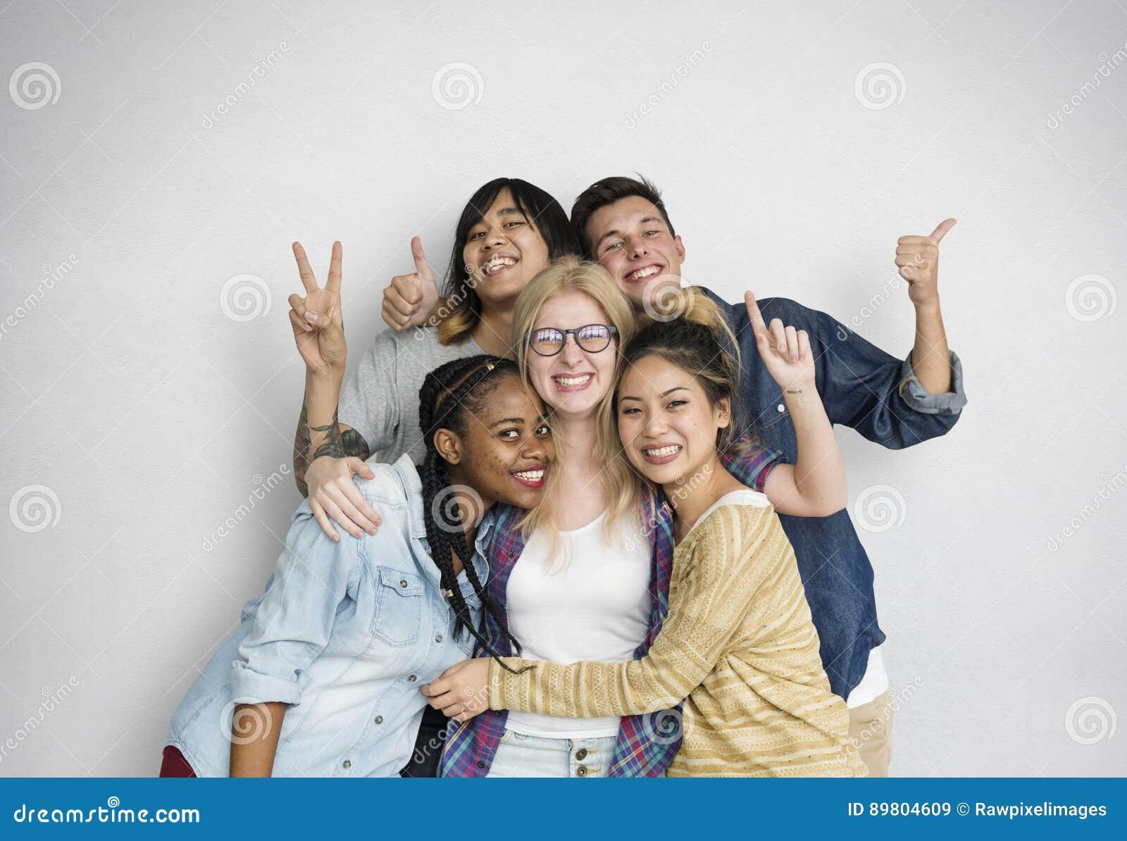 Lycka för mångfaldstudentvänner poserar begrepp