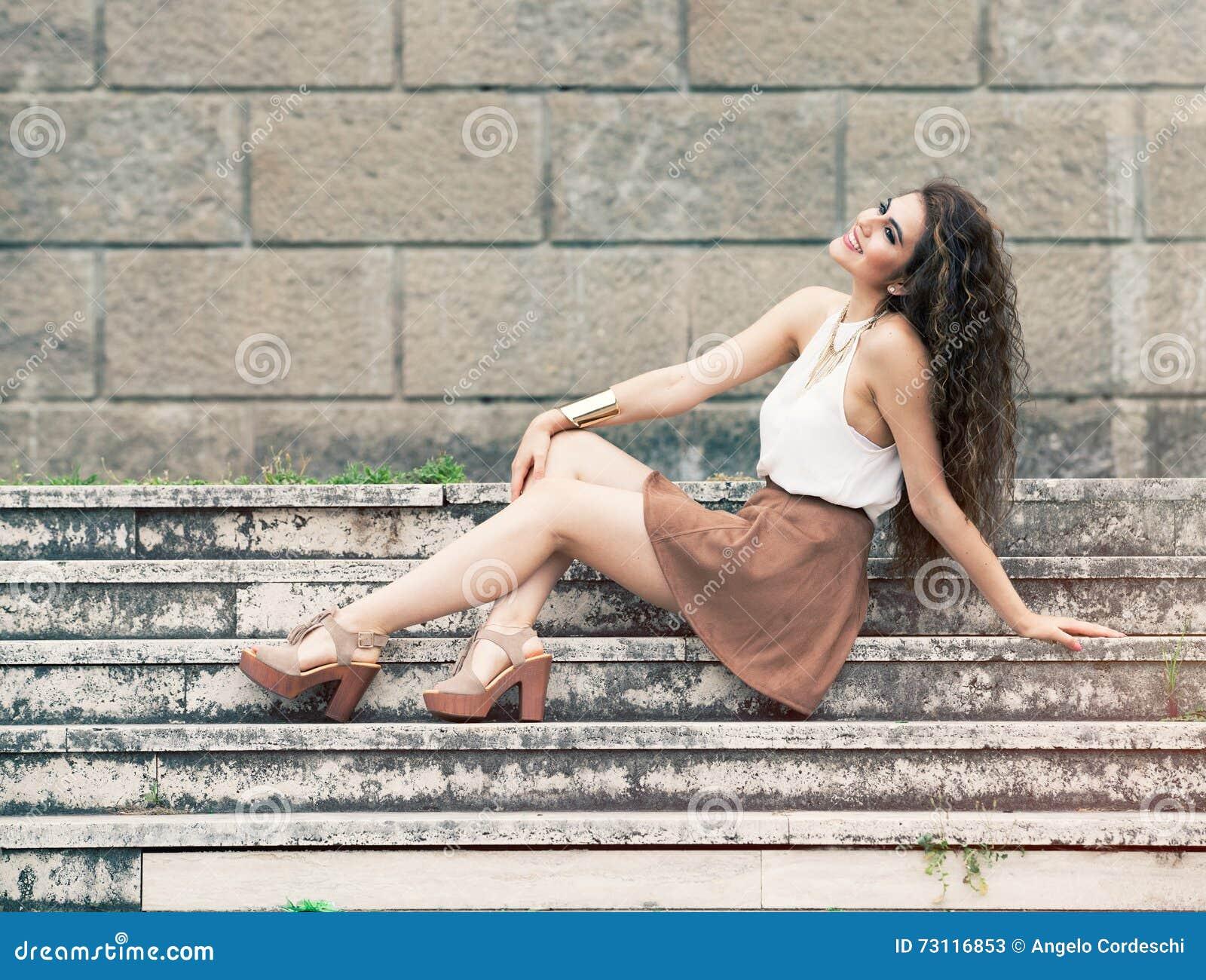 Lycka och skönhet Le sammanträde för ung kvinna på moment