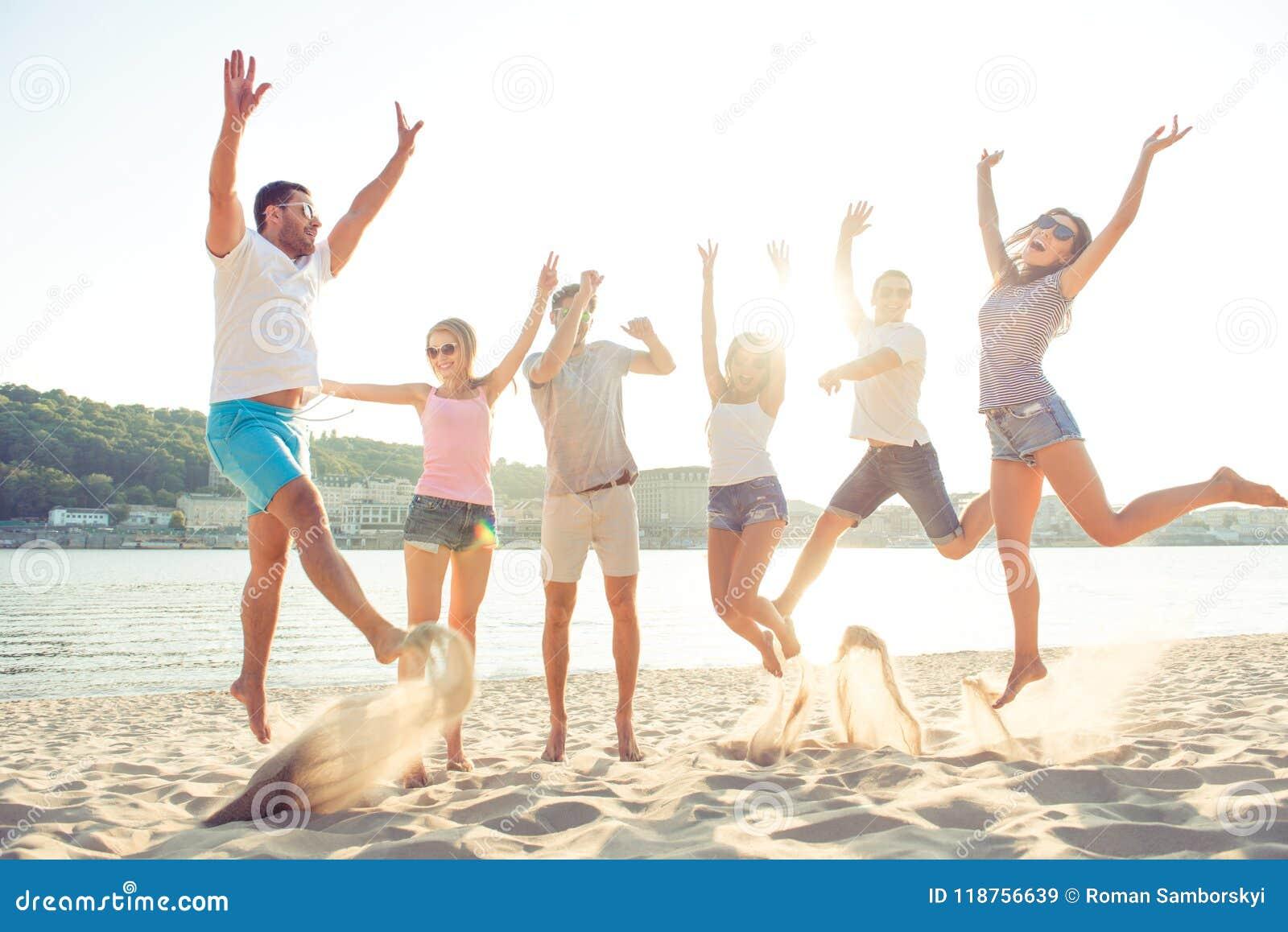 Lycka-, sommar-, glädje-, kamratskap- och gyckelbegrepp Grupp av slumpen