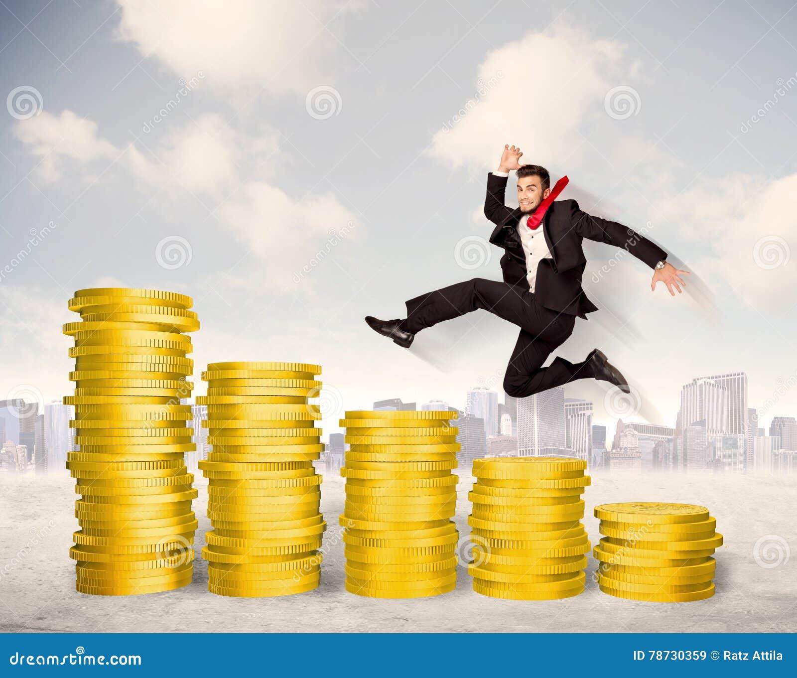 Lyckad affärsman som hoppar upp på pengar för guld- mynt