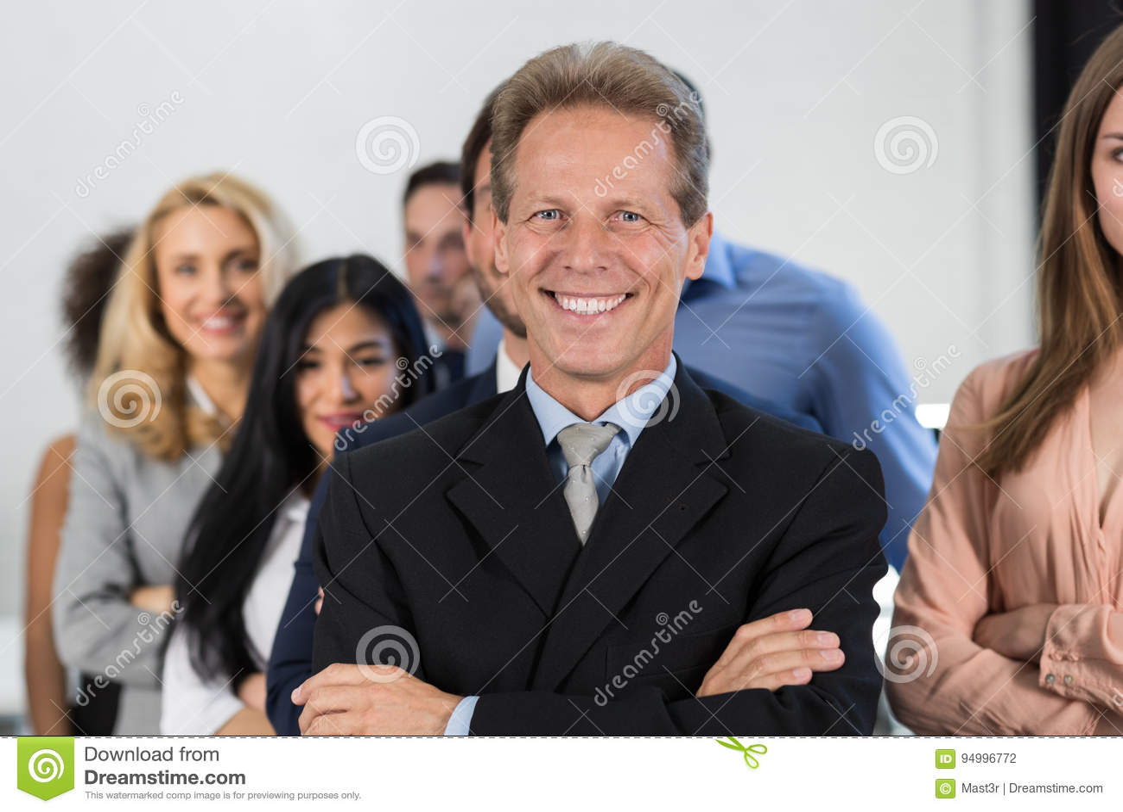 Lyckad affärsmanframstickandeOver Businesspeople Group bakgrund, mogen ledare With Business People Team Confident Hold