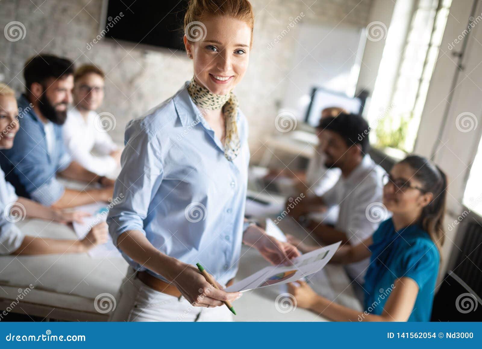 Lyckad lycklig grupp människor som lär programvaruteknik och affär under presentation