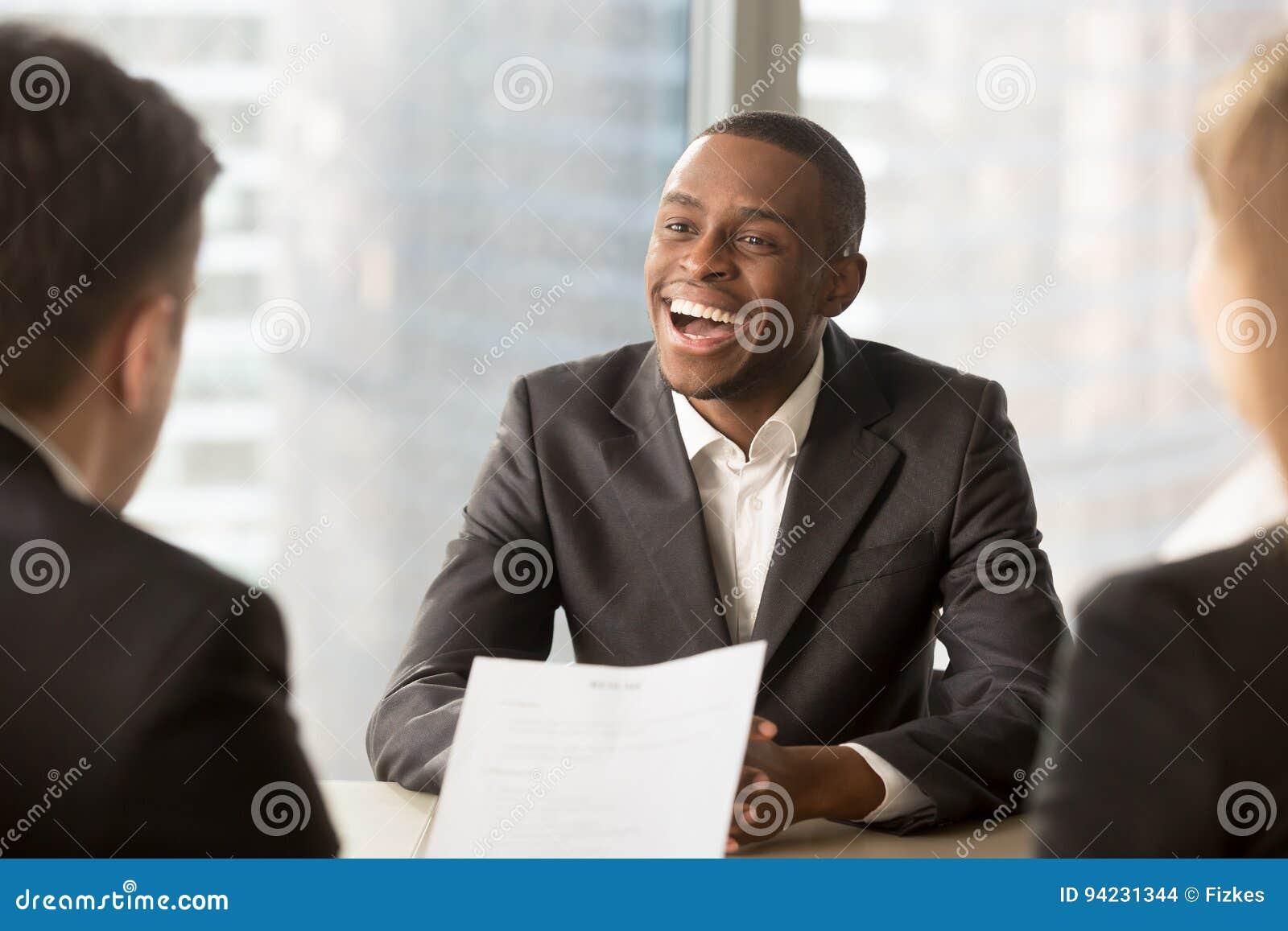 Lyckad lycklig svart manlig kandidat som får hyrd, fånget ett jobb
