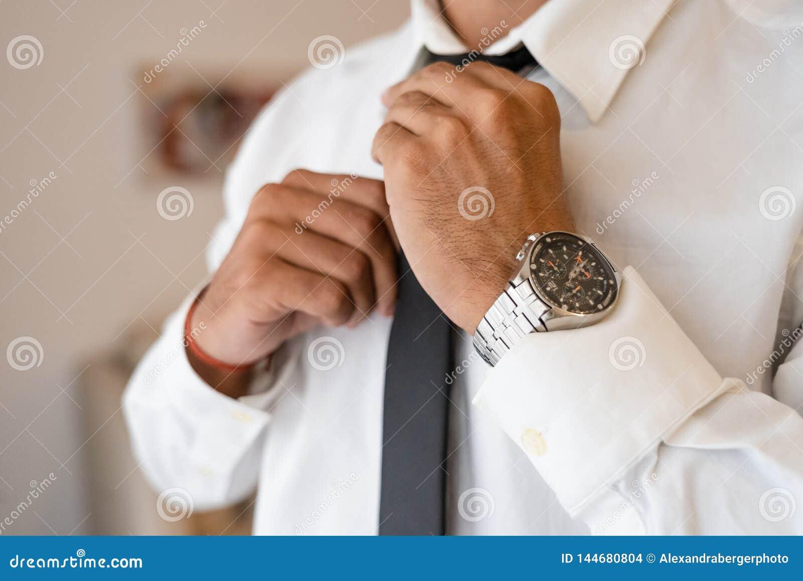 Lyckad man med den vita skjortabandslipsen