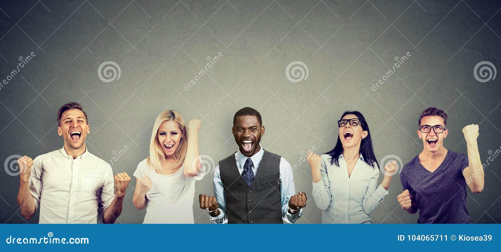 Lyckade ungdomarmän och kvinnor firar en seger