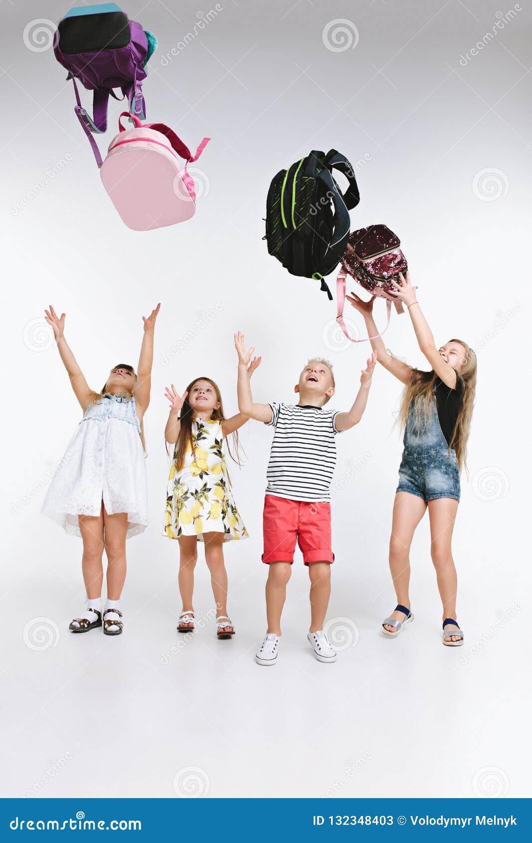Lyckagruppen av gulliga och förtjusande studenter är tillbaka till skola