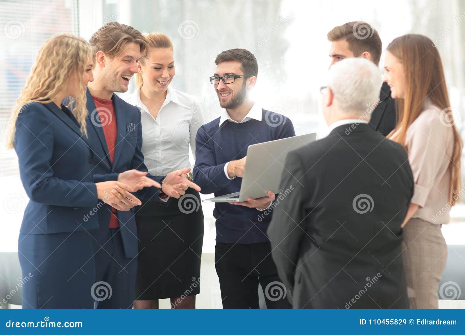 Lyckat affärslag som diskuterar dokument och idéer som står det near skrivbordet