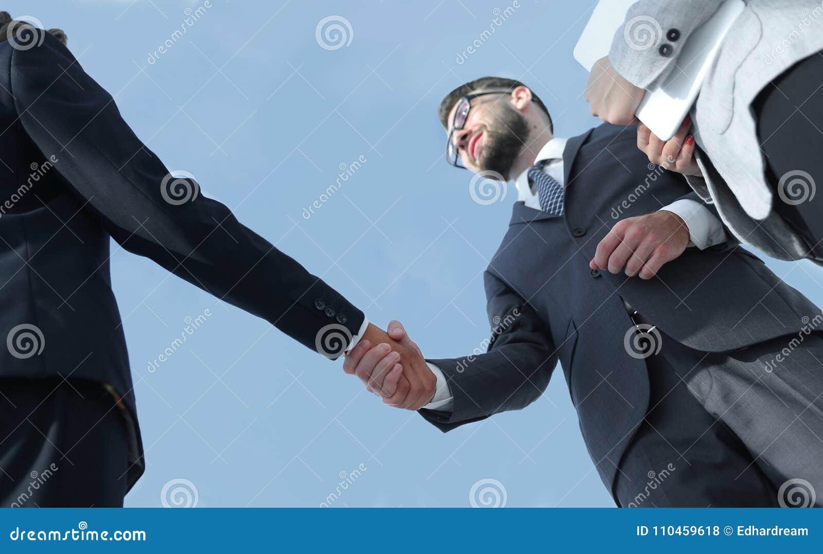 Lyckat begrepp för avtal för hälsning för handskakning för affärsfolk