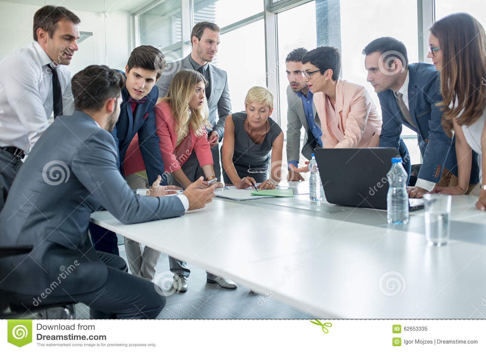 Lyckat företags folk som har ett affärsmöte