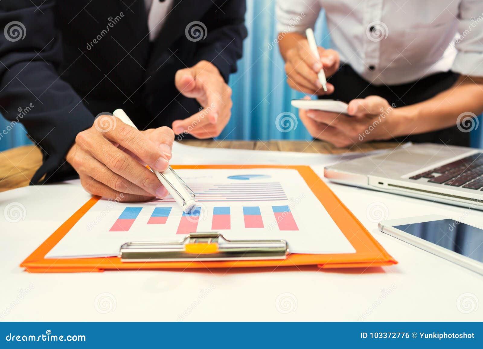 Lyckat teamworkaffärsfolk som diskuterar redovisningsdiagram