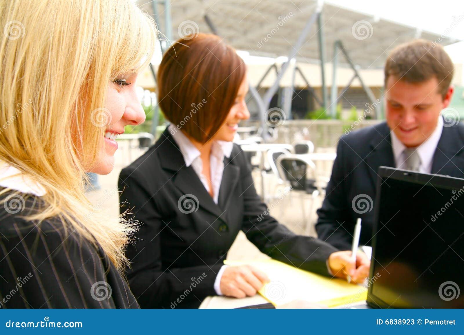 Lycklig övre kvinna för associatesaffärsclose