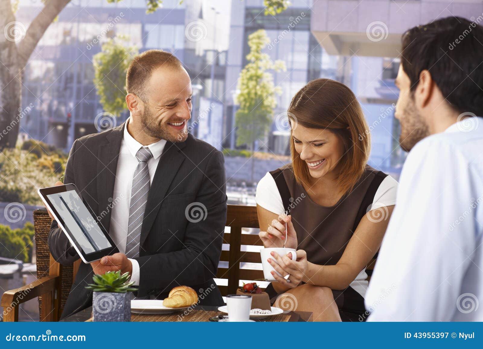 Lycklig affärsman som gör presentation på frukosten