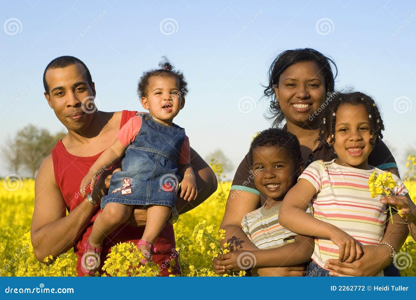 Lycklig afrikansk amerikanfamilj