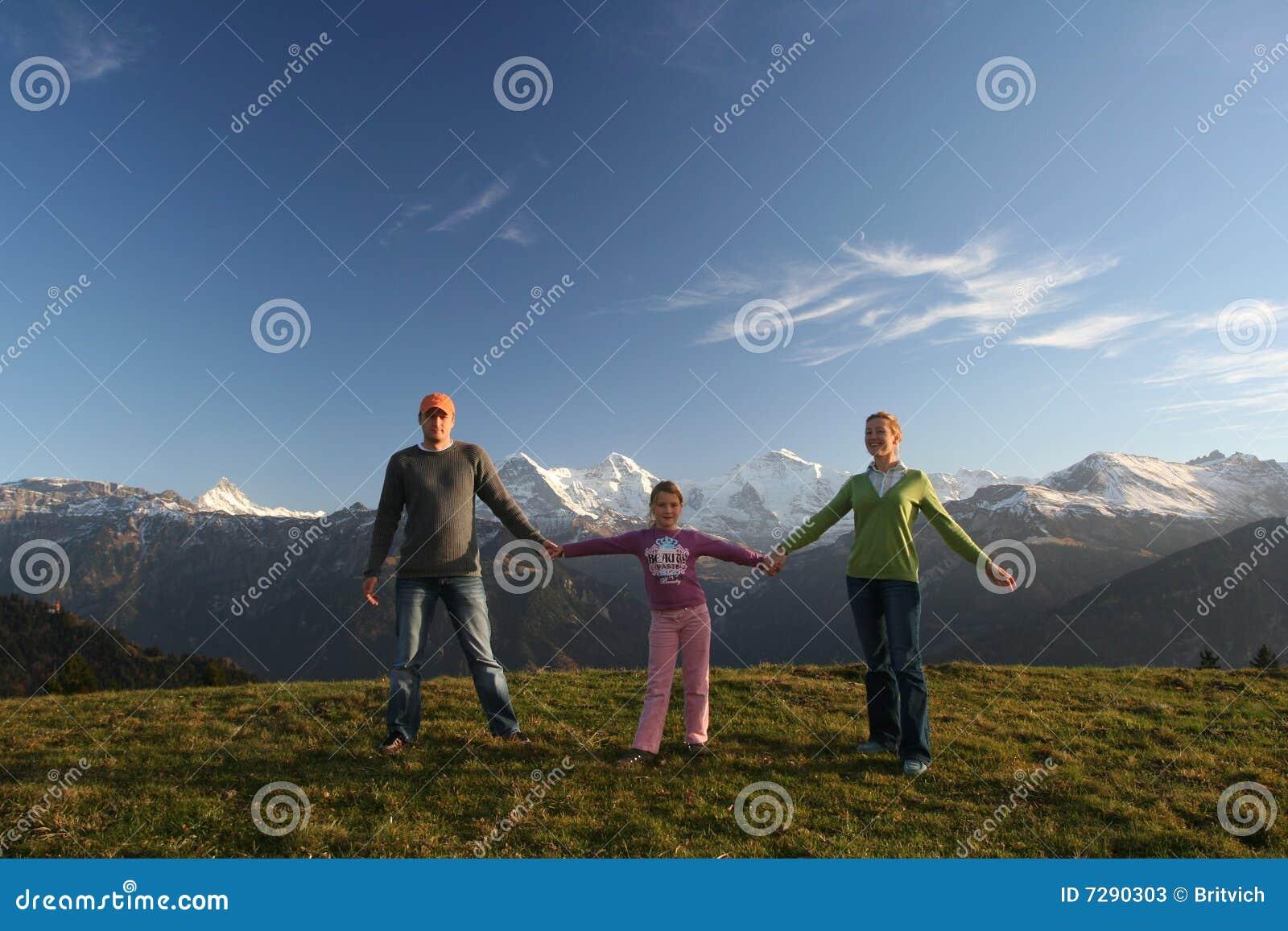 Lycklig alpsfamilj