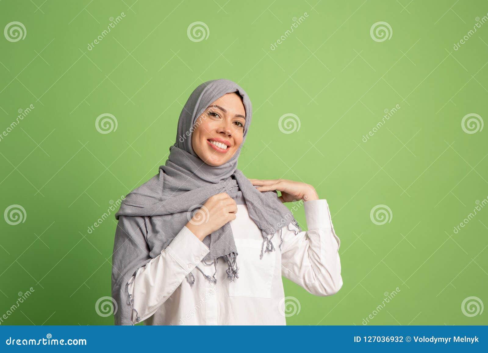 Lycklig arabisk kvinna i hijab Stående av att le flickan som poserar på studiobakgrund