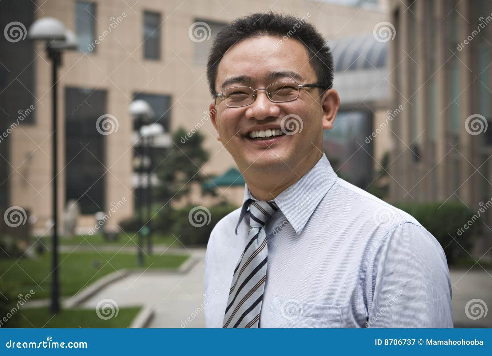 Lycklig asiatisk affärsledare