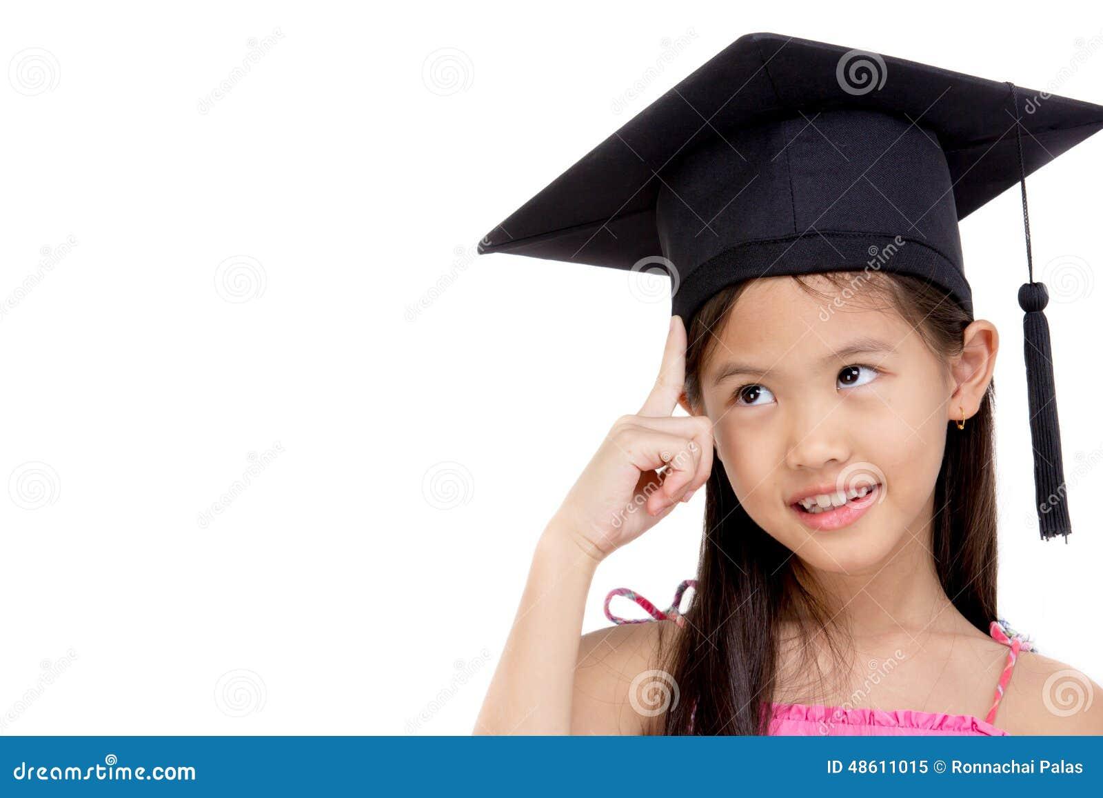 Lycklig asiatisk skolaungekandidat i avläggande av examenlock