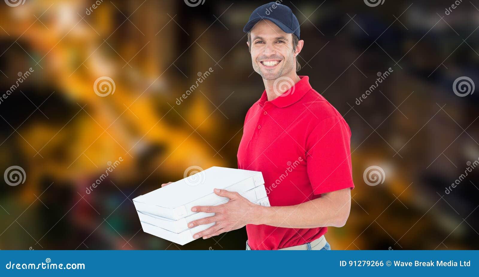 Lycklig ask för pizza för leveransman hållande