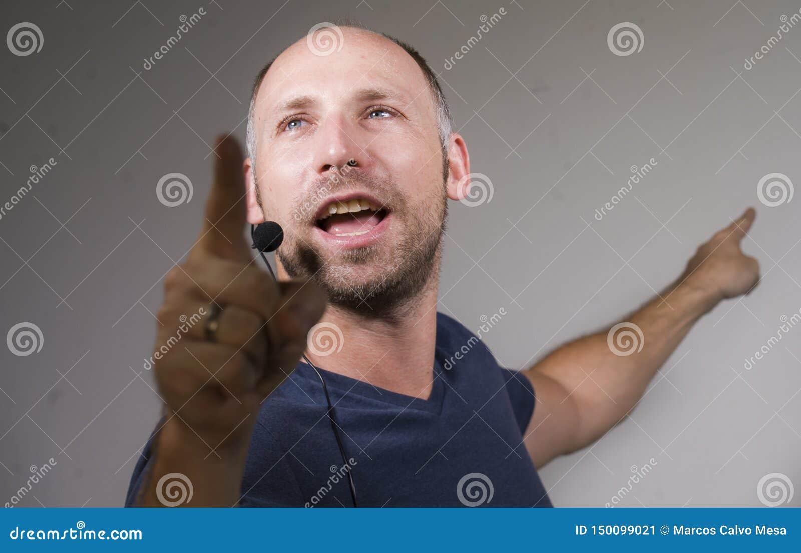 Lycklig attraktiv och säker affärsmanhögtalare med hörlurar med mikrofon som ger sig arbeta som privatlärare åt konferensutbildni