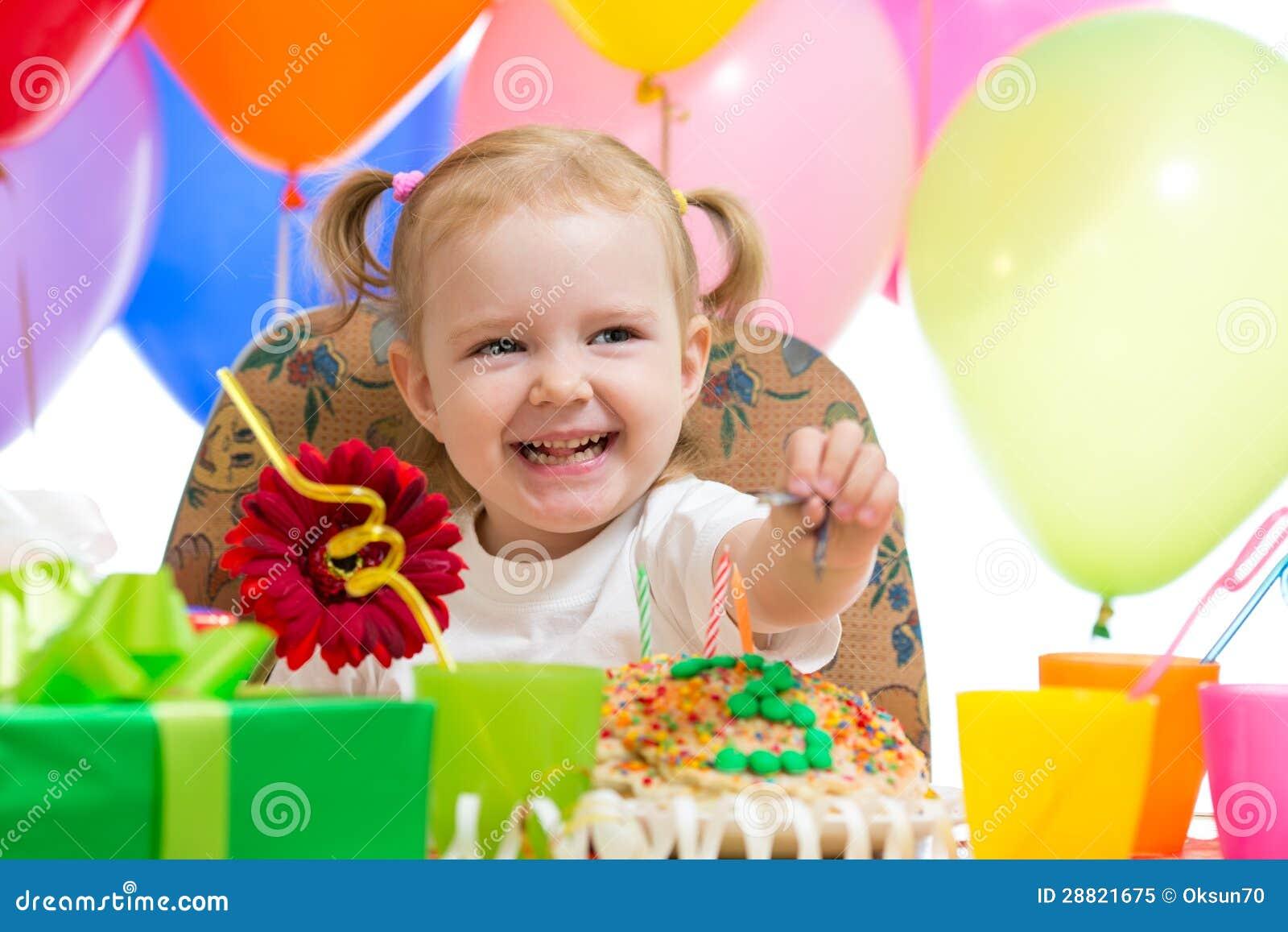Lycklig barnflicka på födelsedagpartit
