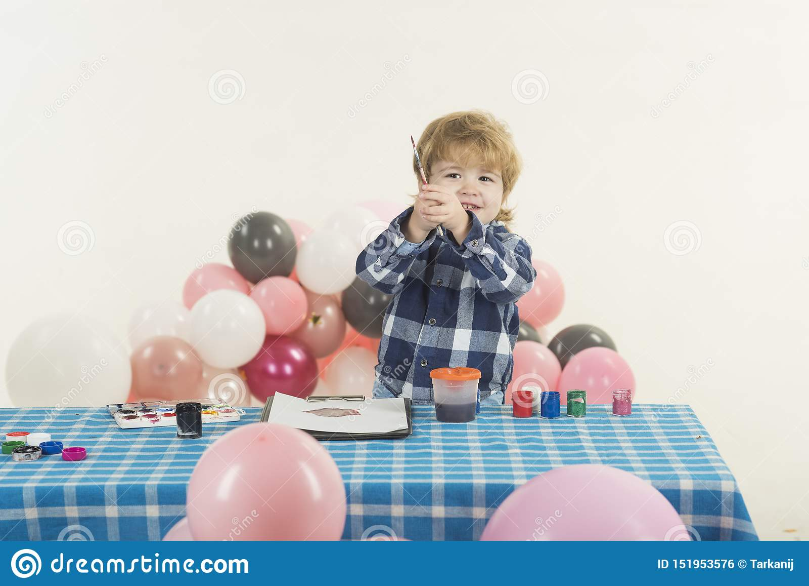 Lycklig barnkonst Gullig pojkem?lning Ungelynnebegrepp