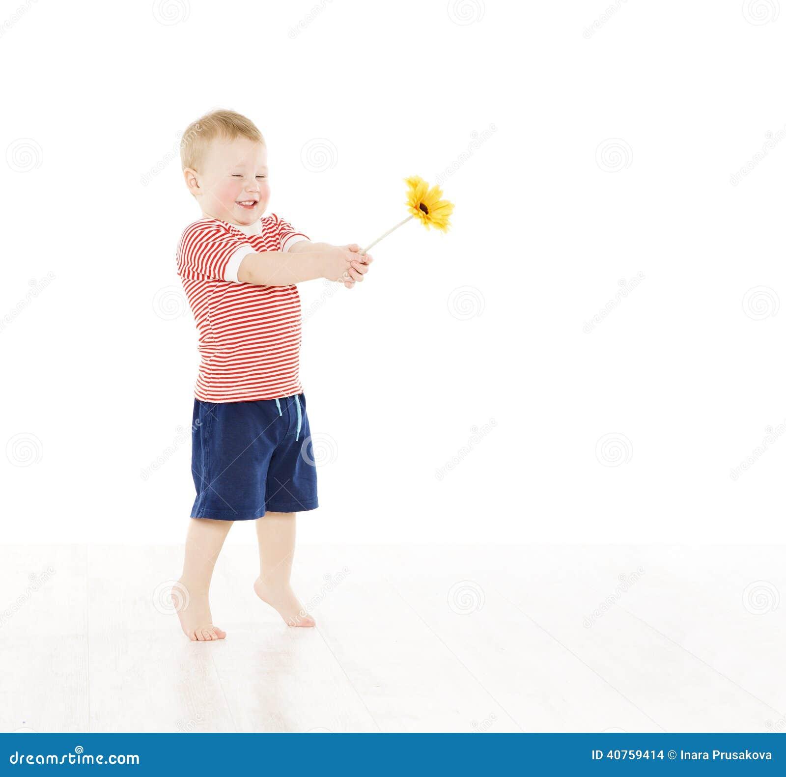Lycklig barnpojke som ger den närvarande blomman le för unge