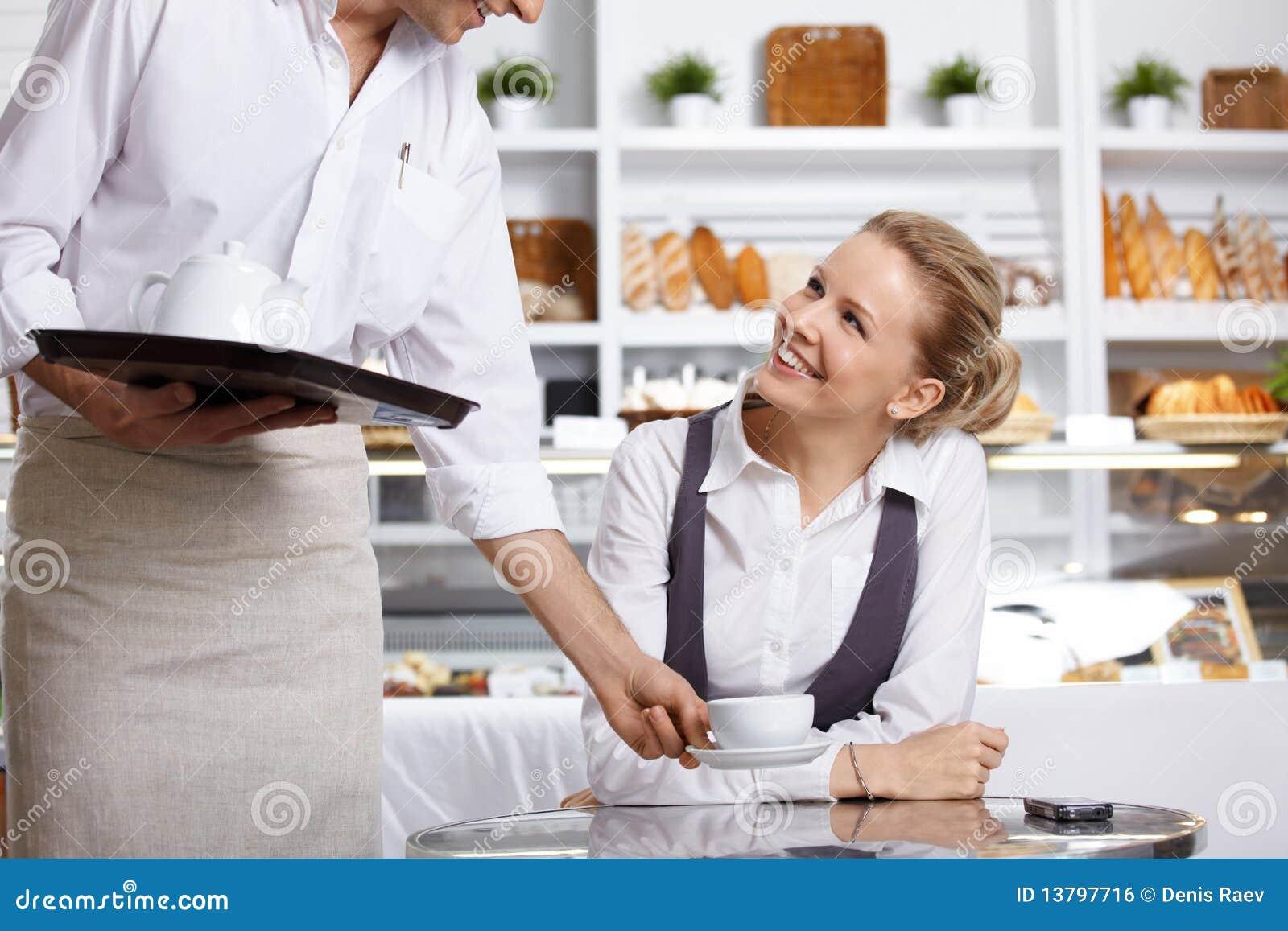 Lycklig besökare för cafe