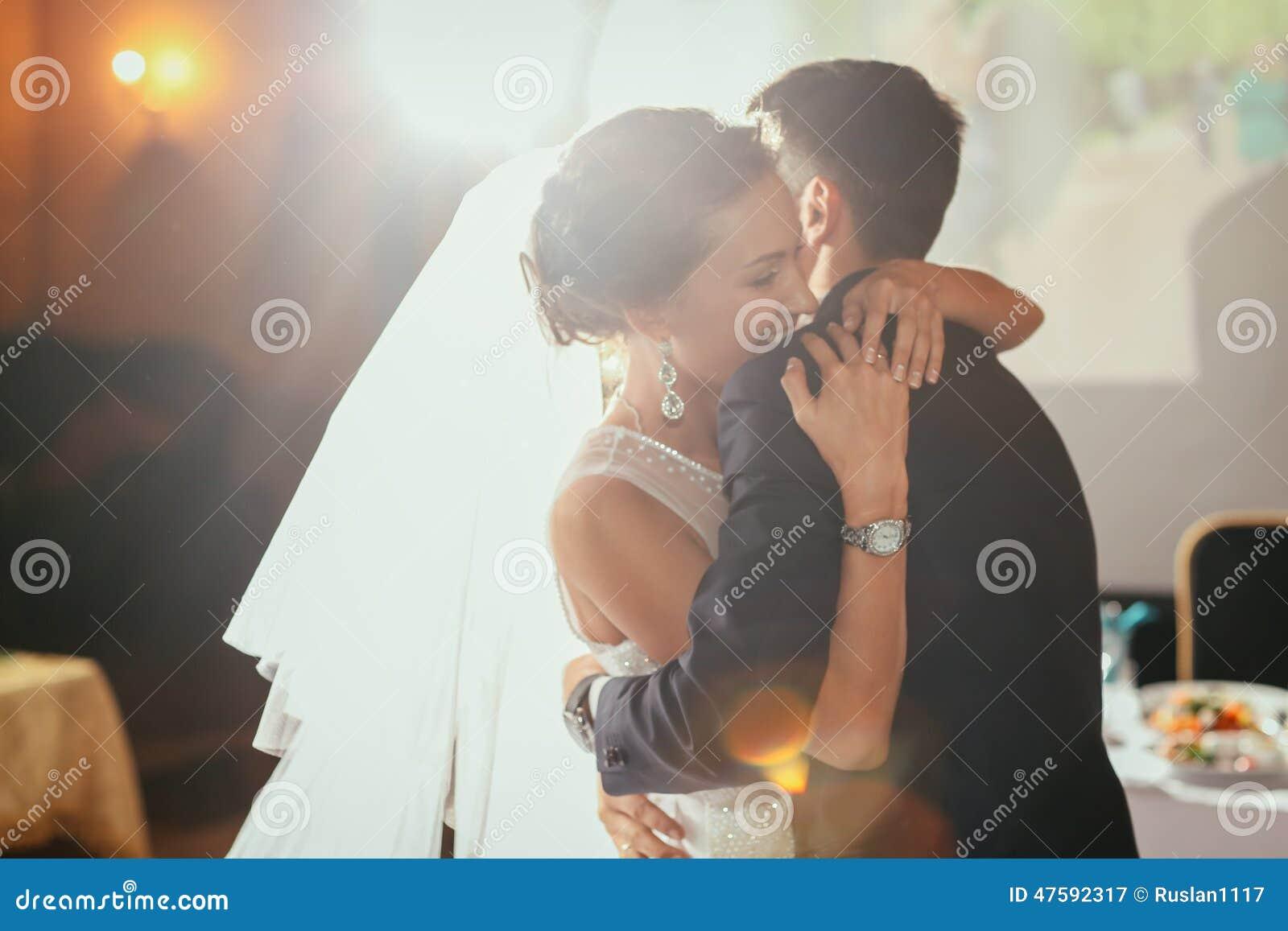 Lycklig brud och brudgum på deras bröllop