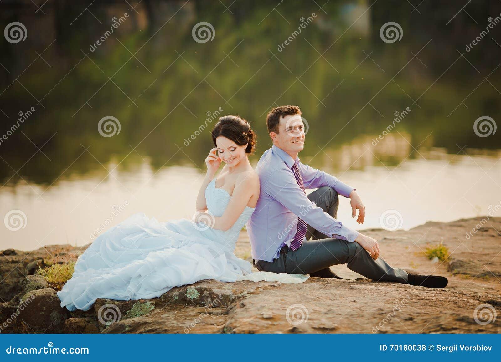 Lycklig brud och brudgum som firar bröllopdag Gift par som tillsammans sitter