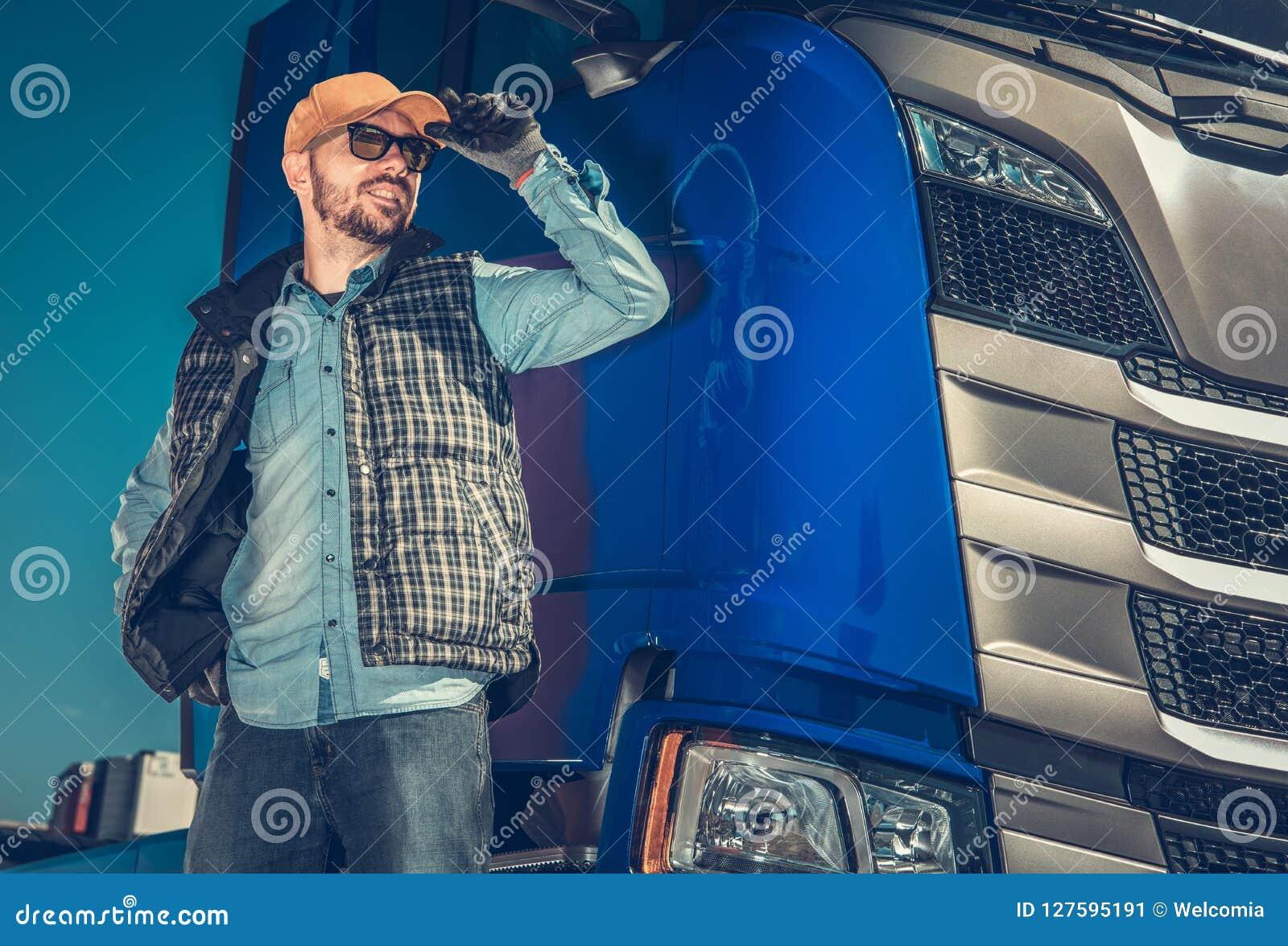 Lycklig Caucasian lastbilsförare