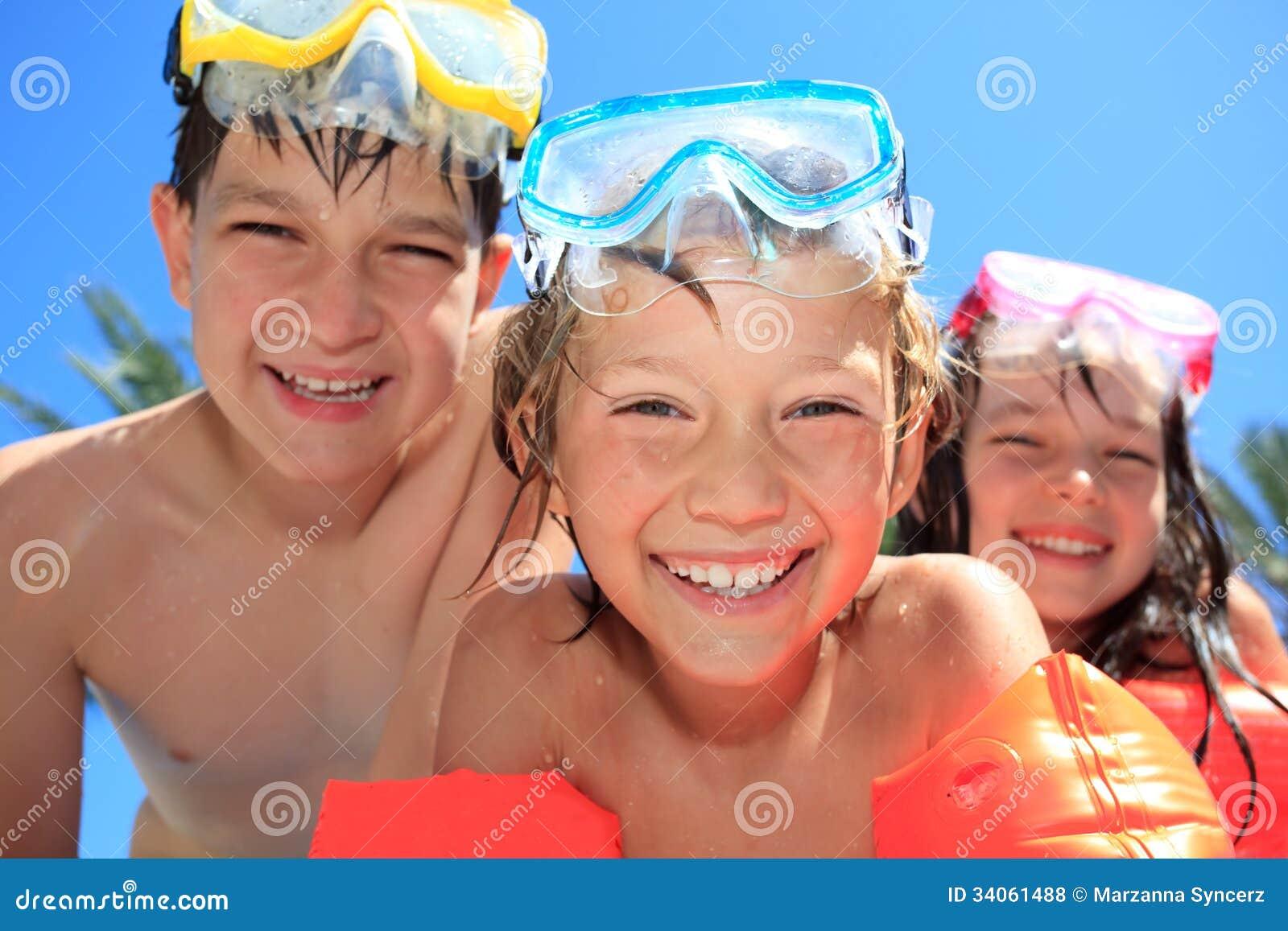 Lycklig childre med skyddsglasögon
