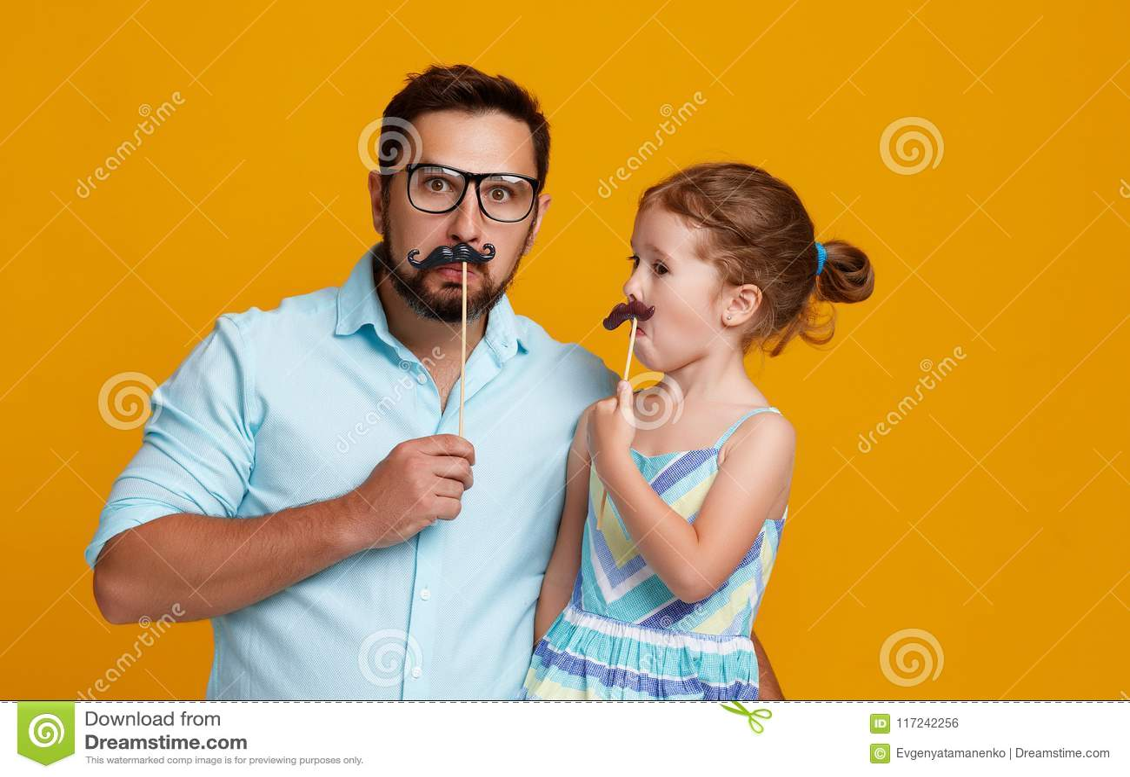 Lycklig dag för fader` s! rolig farsa och dotter med att bedra för mustasch