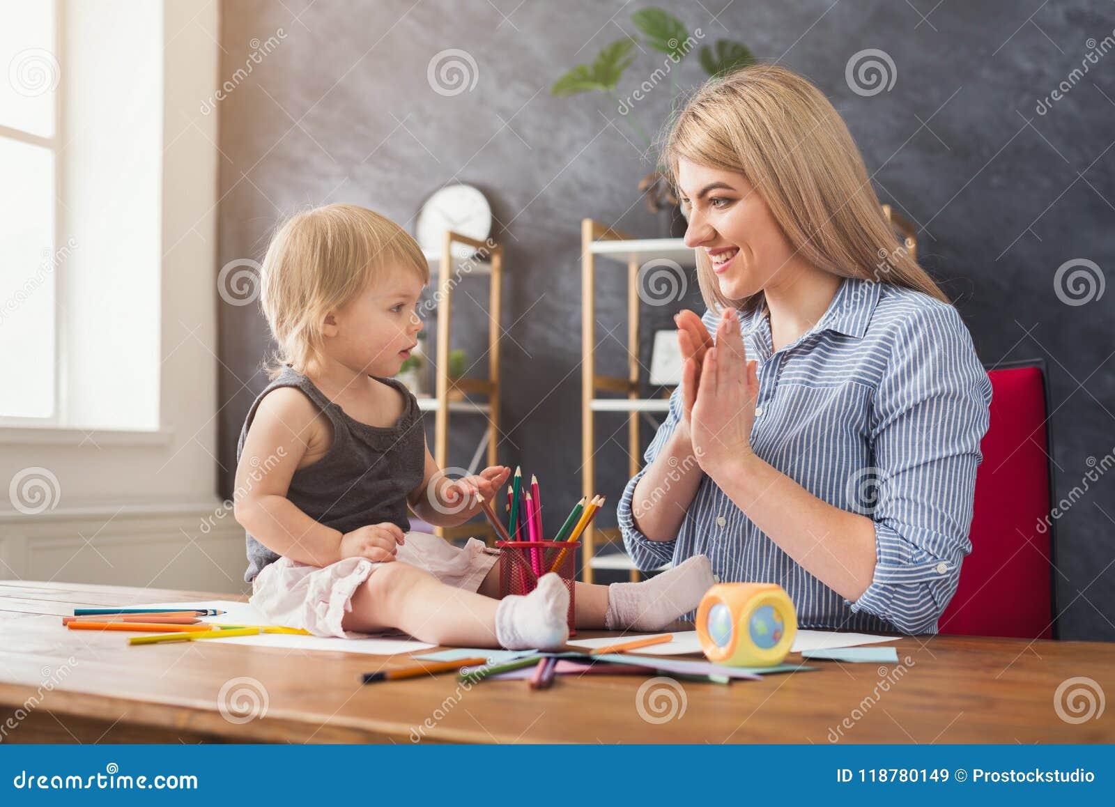Lycklig dotter henne leka för moder