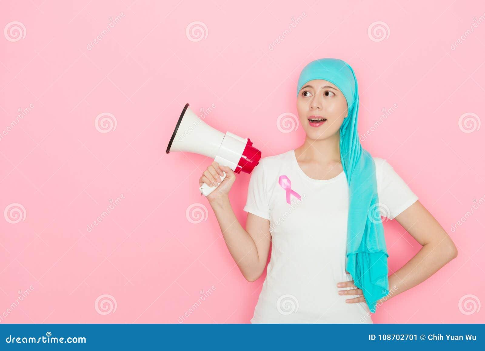 Lycklig elegant kvinna som har cancersjukdom