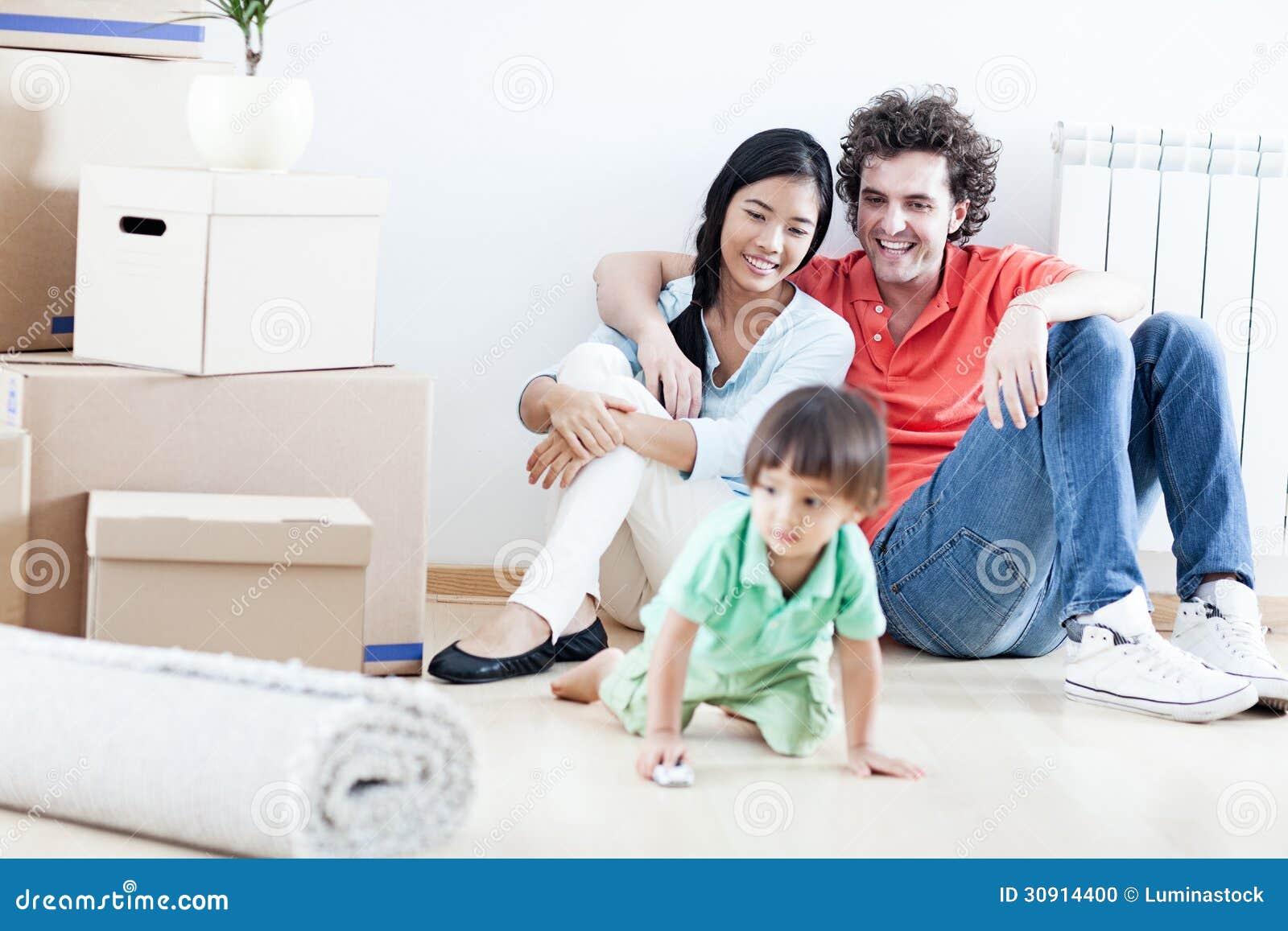 Lycklig familj i nytt hem