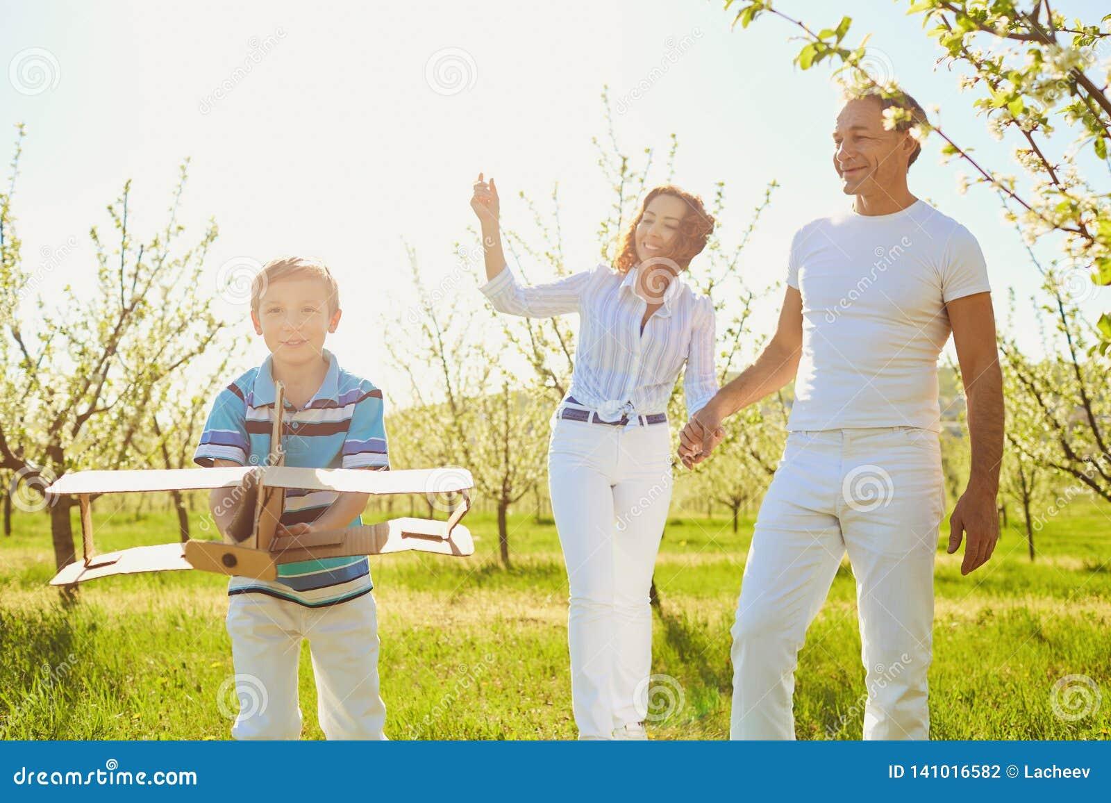 Lycklig familj med det fria för ett barn i sommar