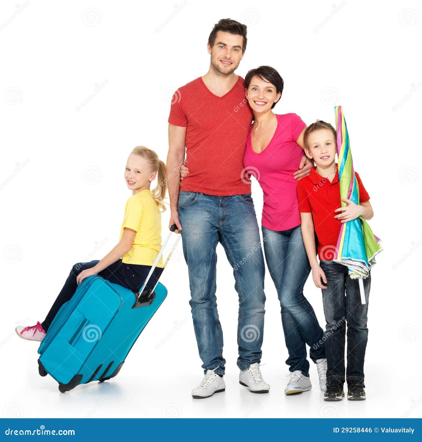 Lycklig familj med resväska på studion