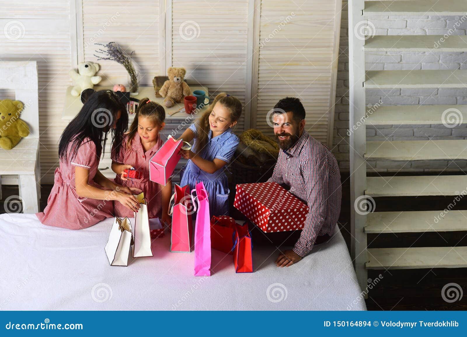 Lycklig familj och shoppingbegrepp