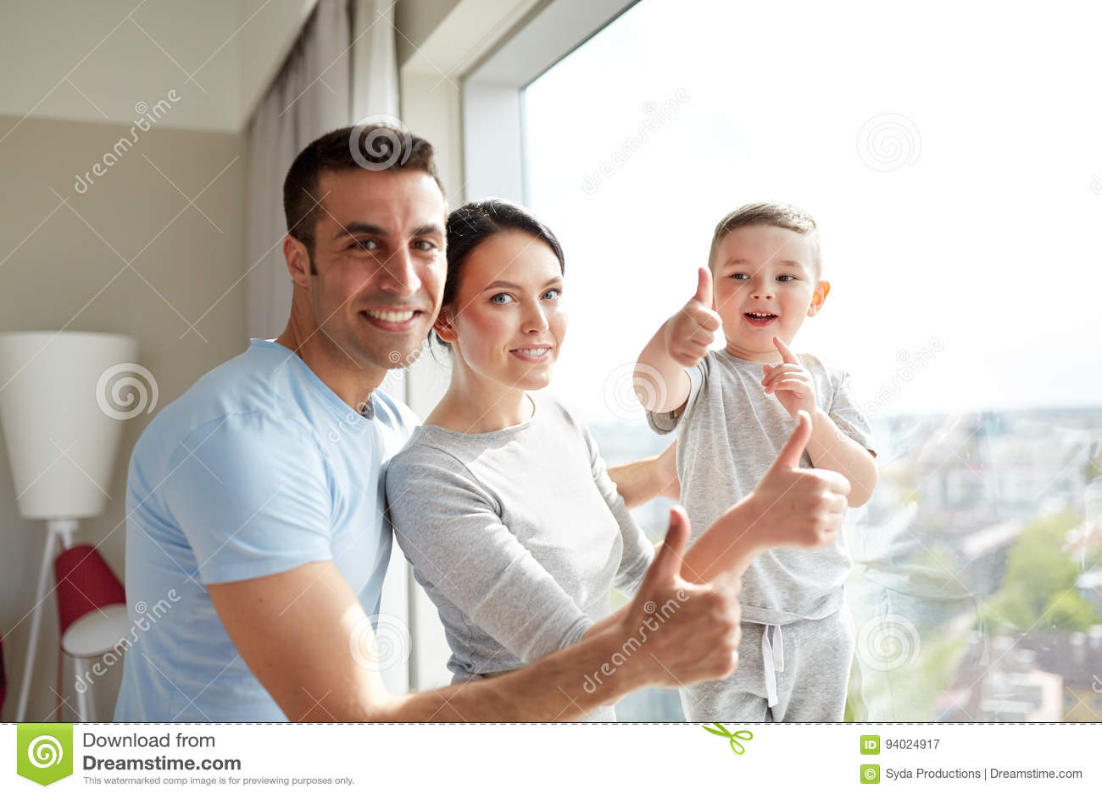Lycklig familj på fönstret
