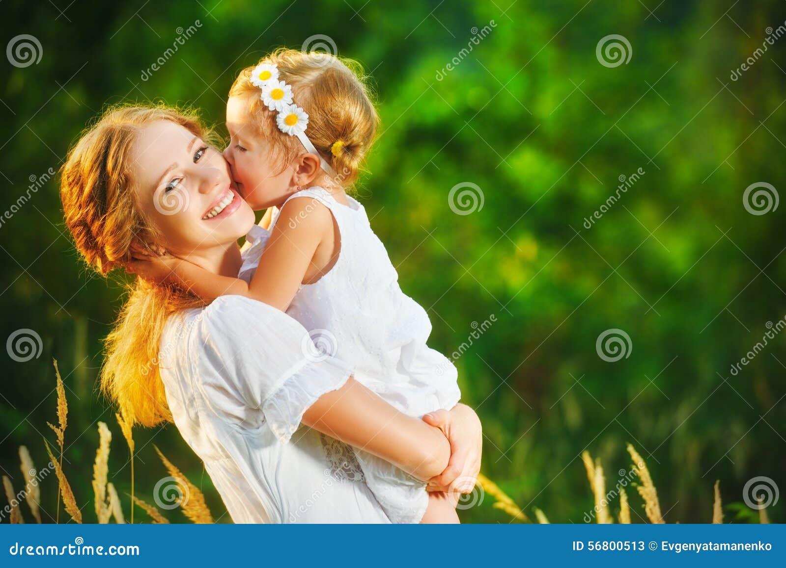 Lycklig familj på sommar liten flickabarnet behandla som ett barn att krama för dotter