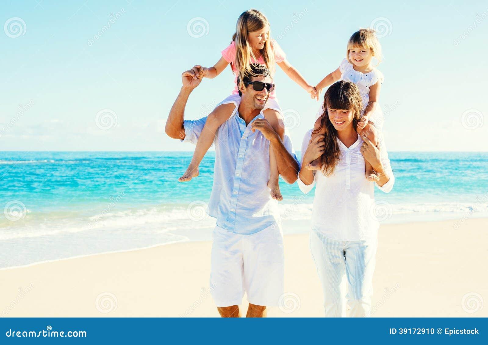 Lycklig familj på stranden