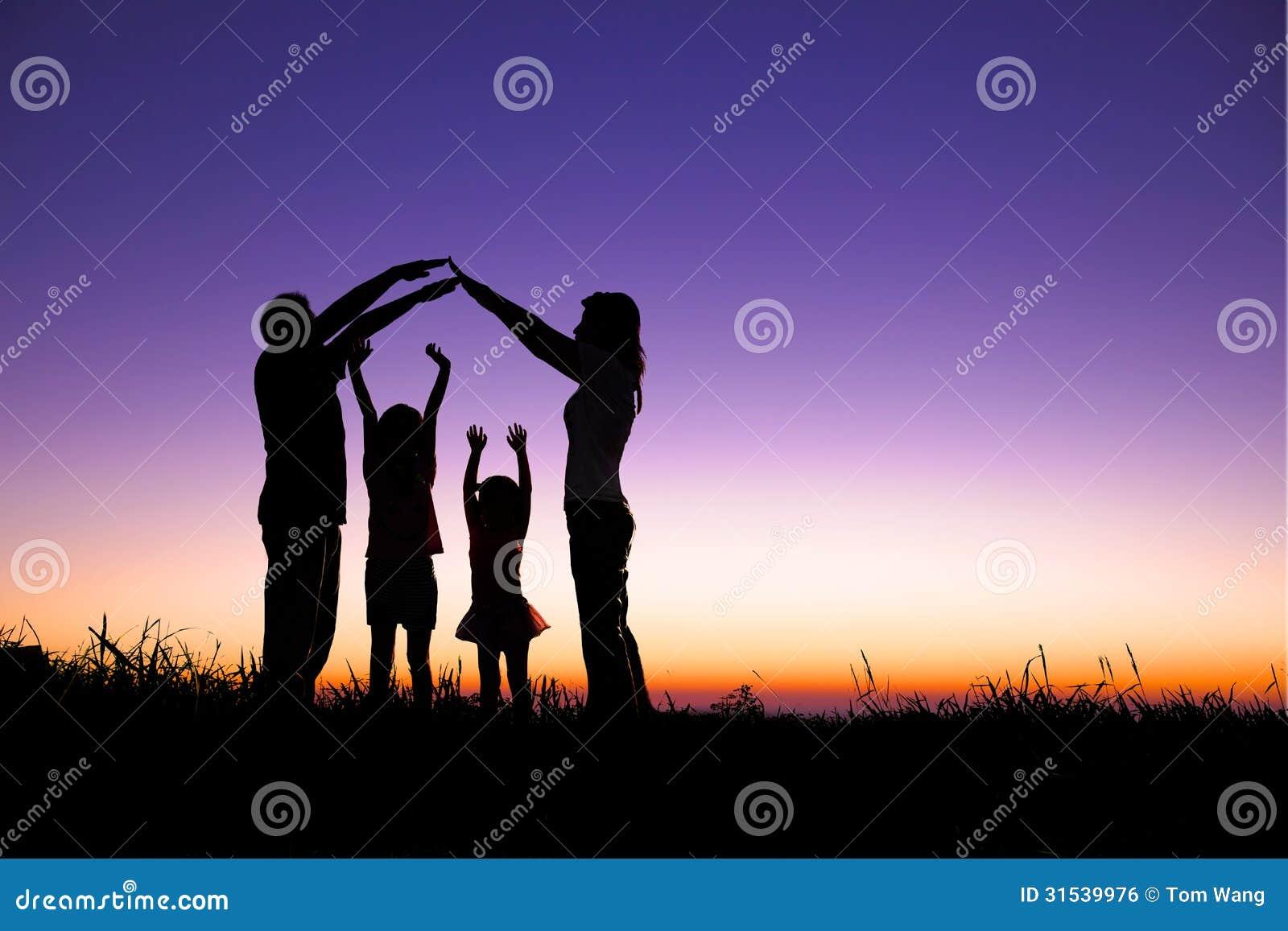 Lycklig familj som gör det hem- tecknet